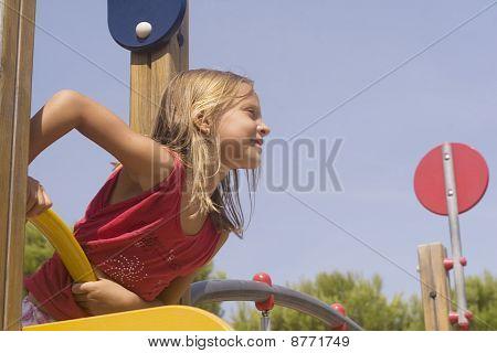 criança no parque, olhando a distância