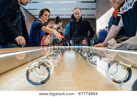 Customers sbuying apple watch
