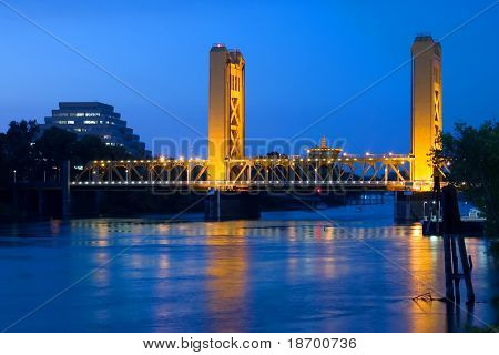 Tower Bridge bei Nacht in Sacramento