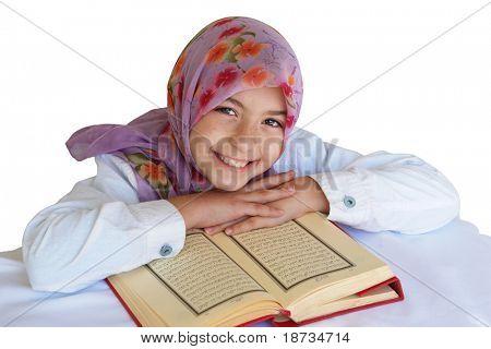 Niña musulmana Lee el Corán