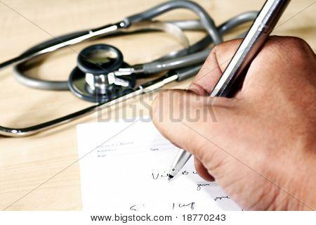 Doctor escritura una prescripción médica