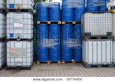 Tambores de aceite azul y envase de plástico