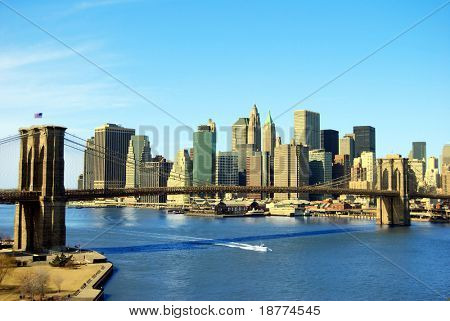 Lower Manhattan und Brooklyn Bridge in New York City