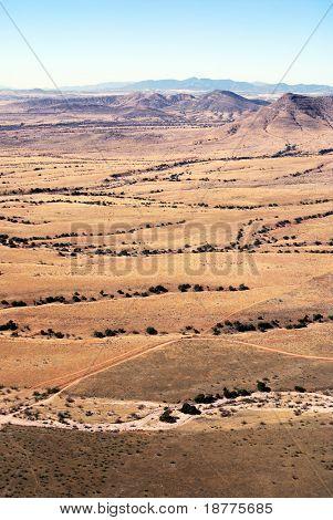 Luftaufnahme der Grenzzaun zwischen den USA und Mexiko in der Sonora-Wüste in Arizona, mit woo