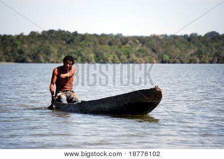 """KAMAYURA VILLAGE, Brasilien - Mai 18: Kamayura ist eine entfernte Indianerstamm unter 400 Personen. Ataulo """"Co"""