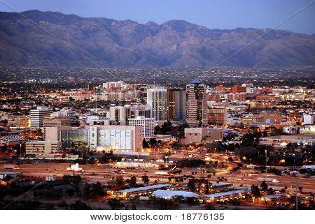Skyline van Tucson, Arizona, na zonsondergang, van Sentinel Peak Park