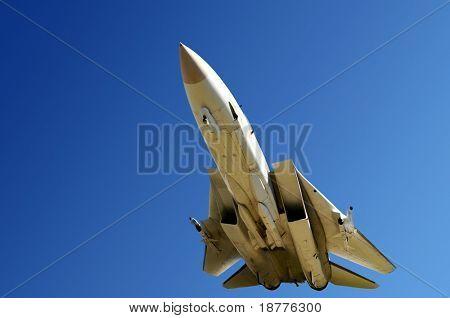 Close-up do avião de caça de baixo