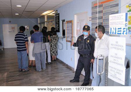 Mexiko-Stadt - APRIL 28: Patienten und Besucher Line-up innerhalb des mexikanischen Institute of Respiratory Il