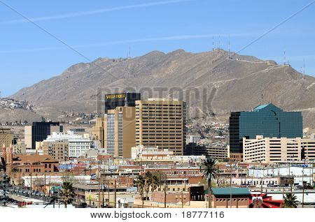 EL PASO - 27 de FEB: Centro de la ciudad El Paso visto desde México el 27 de febrero de 2009 en El Paso. El Paso es una