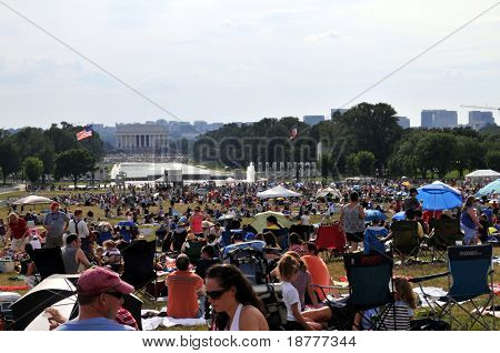 WASHINGTON - el 4 de julio: Las personas se reúnen en el National Mall en Washington DC para el día de la independencia