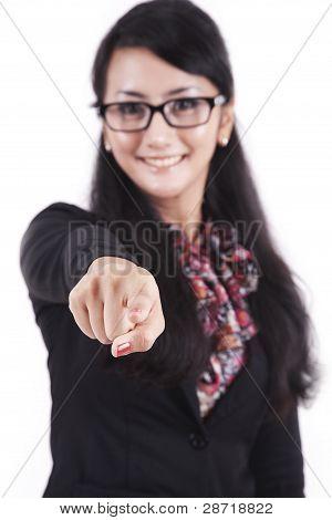 Empresaria sonriente señalando