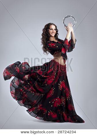 Junge Frau Tanz in Gypsy mit Tamburin