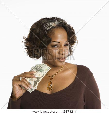 Frau Holding Geld.
