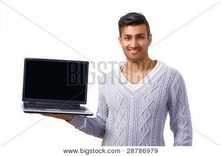 Hombre sonriente con Laptop