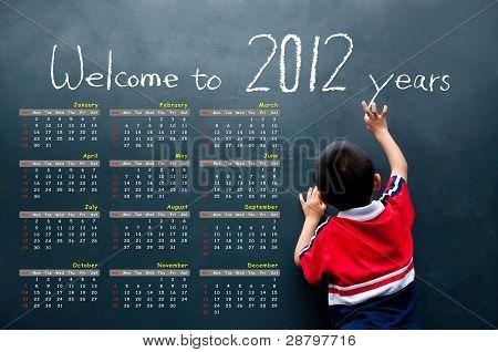 calendário de 2012 com um menino