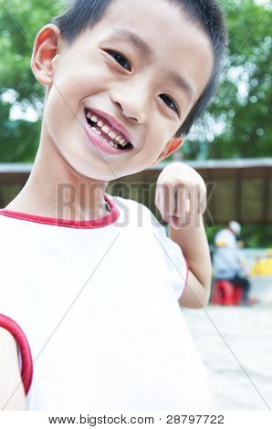 Feliz sorridente menino no Parque