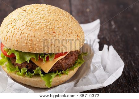 Sandwich mit Speck und Gemüse auf Holztisch