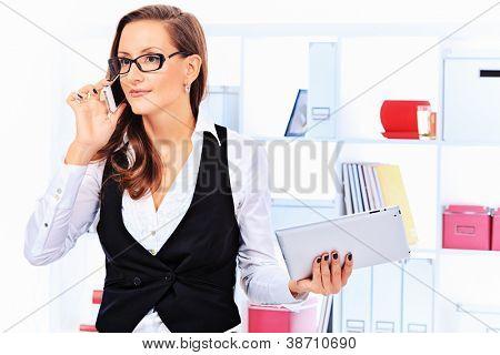 Retrato de una mujer de negocios hermoso trabajar con touchpad pc en la oficina.