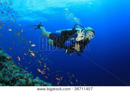 Schöne Blonde Frau Scuba Diver signalisiert okay Unterwasser