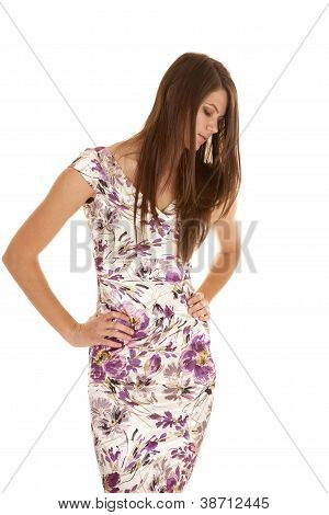 Vestido de flores mirando hacia abajo