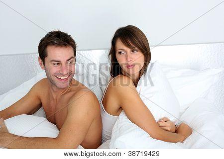 Pareja hacia atrás sentado en la cama, argumentando