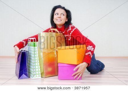 Senhora com pacotes de presente
