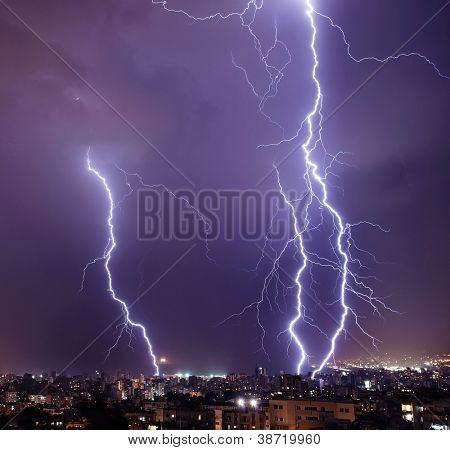 Foto de hermosa poderoso relámpago sobre la gran ciudad, cremallera y tempestad de truenos, antecedentes, d
