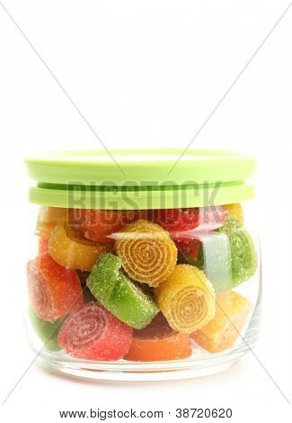 doces geléia colorida em frasco de vidro isolado no branco