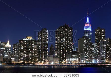Skyline de Manhattan Midtown en luces de la noche, Nueva York