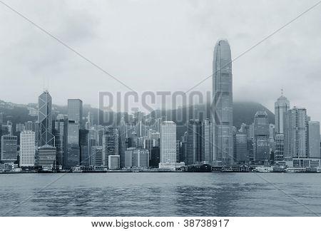 Skyline de Hong Kong en la mañana sobre Victoria Harbour en blanco y negro.