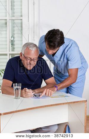 Porträt des Reifen Mannes spielen Sudoku-Rätsel.