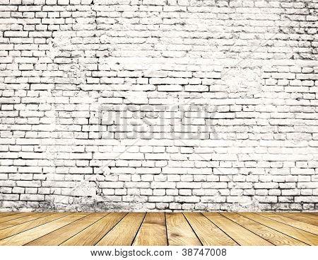 Alte Ziegelmauer auf Holzboden