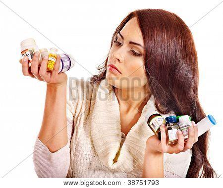 Jovem mulher com comprimidos e comprimidos. Isolado.