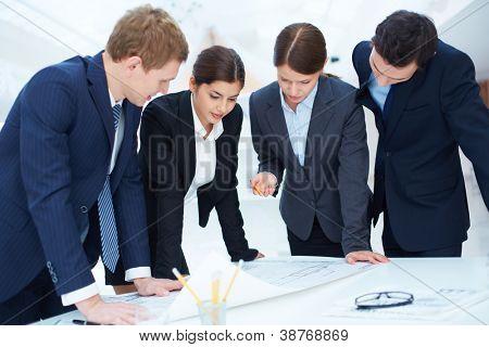 Equipe de engenheiros de projeto na reunião de aprendizagem