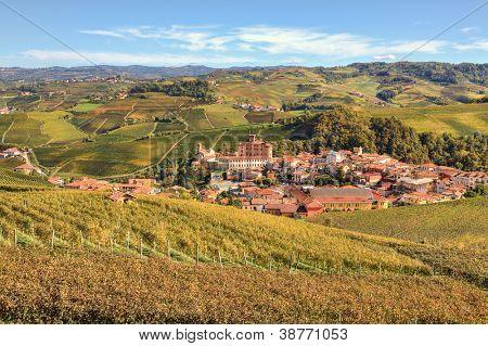 Ver en la ciudad de Barolo entre coloridos cerros y viñedos de Piamonte en otoño en el norte de Italia.