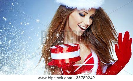 mooie sexy meisje dragen van santa claus kleding met de gift van Kerstmis