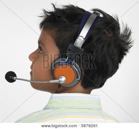 Asiatico de origen indio con auriculares
