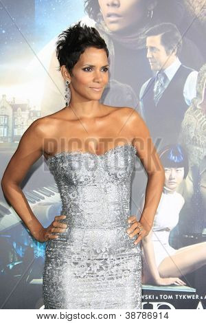 LOS ANGELES - OCT 24: Halle Berry at the Warner Bros. Pictures' 'Cloud Atlas' premiere at Grauman's Chinese Theater on October 24, 2012 in Los Angeles, California