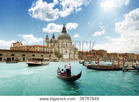 Grande Canal e a Basílica de Santa Maria della Salute, Veneza, Itália e dia ensolarado