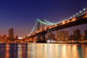 New York City Manhattan Bridge over Hudson rivier met skyline na zonsondergang nacht weergeven verlichte wi