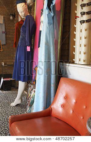 Vista de ropa y muebles en una tienda abarrotada segunda mano