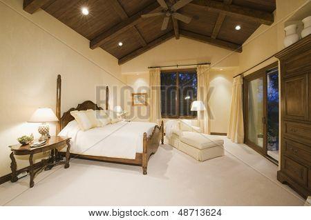 Neutral Schlafzimmer mit hoher Holzdecke