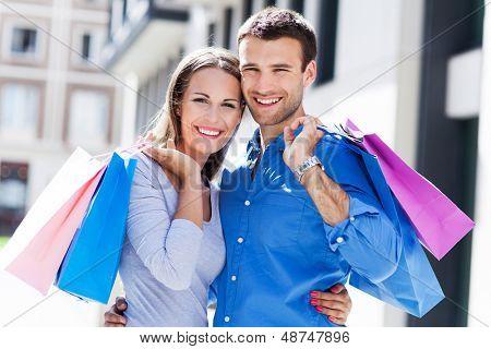 Jovem casal de compras