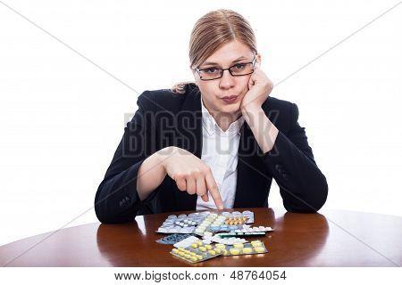 Mujer seria, señalando las pastillas