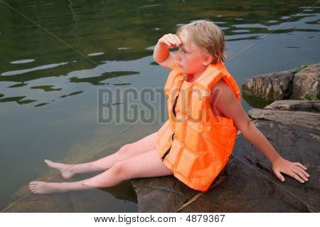Menino em coletes salva-vidas