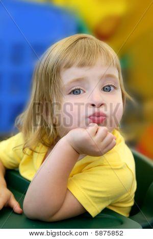Poco rubia chica expresión divertida en su boca