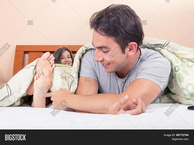 Парень щекочет девушку фото