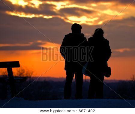 Una pareja viendo la puesta de sol