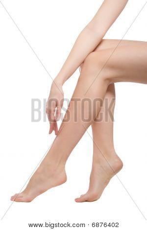Mão tocando as pernas de mulher bonita nua