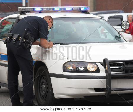 Policial fazendo relatório